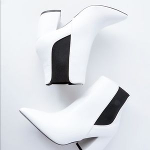 Shoes - White pointed toe ankle booties sz 7